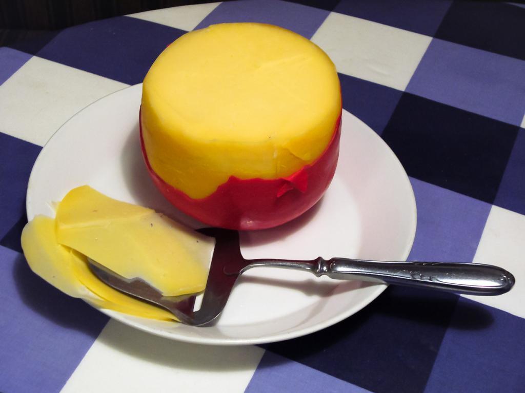 Эдам — полутвёрдый сыр бледно-жёлтого цвета. Не имеет ярко выраженный вкус и запах. Шарообразные головки сыра покрывают жёлтым или красным парафином, более элитный — чёрным воском. Разделяют молодой и выдержанный эдам. (Yvwv)