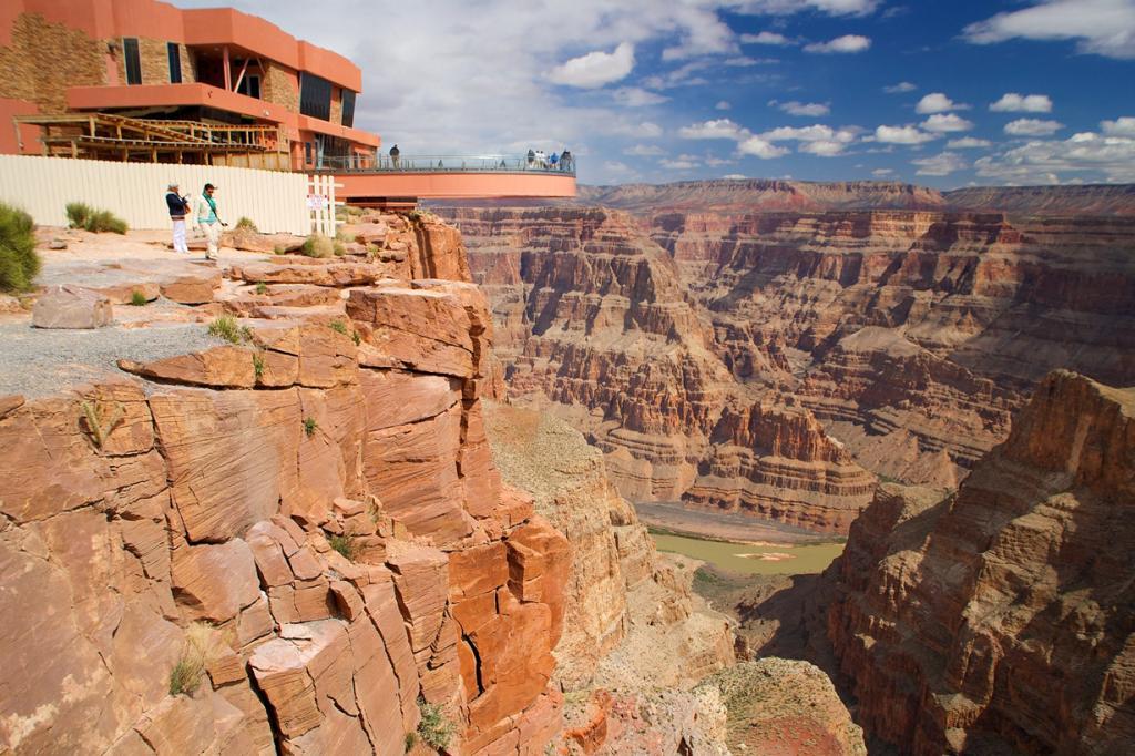 Расположена на территории Гранд-Каньона в США на высоте 1219 м. Имеет форму подковы. (Antonio Garcia)