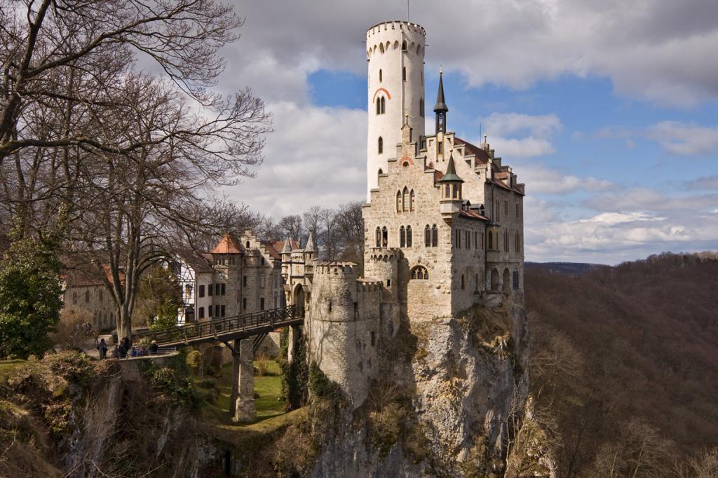 6 место. Замок Лихтенштайн. Расположен в Хонау в земле Баден-Вюртемберг. Время строительства — 1840-1842 годы. (-donald-)