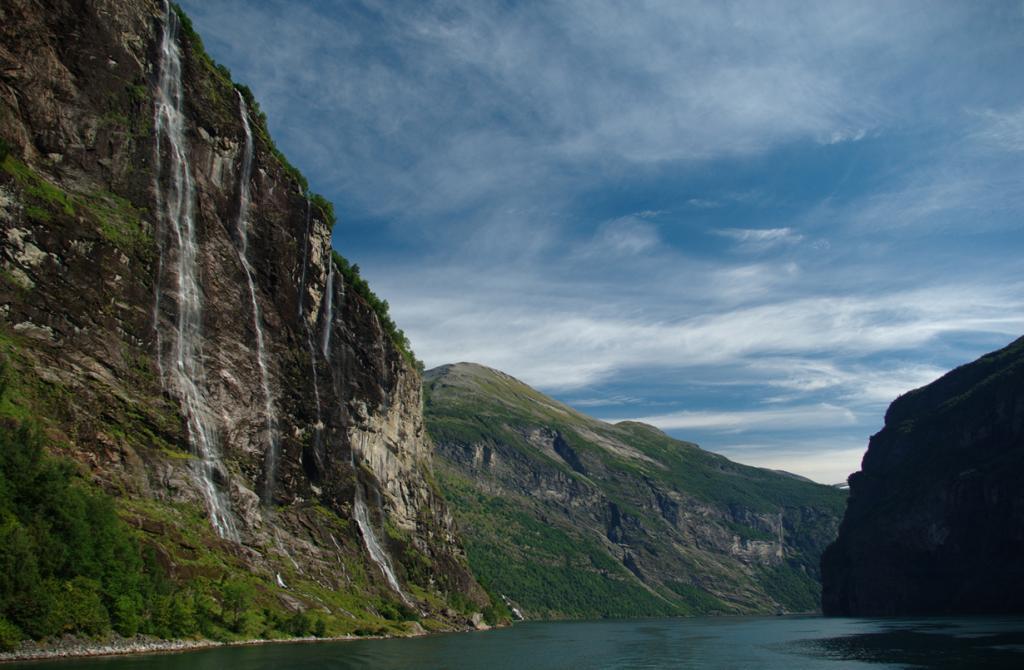 4 место. Семь сестёр. Высота —  250 метров. Расположен на территории фьорда Гейрангер в фюльке Мёре-ог-Ромсдал. (Herman Beun)