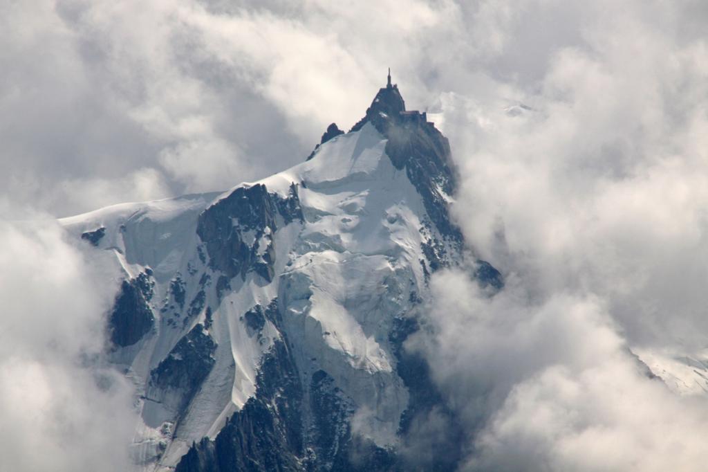 Расположена на горной вершине Эгюий-дю-Миди во Франции. С площадки отрывается прекрасный вид на Альпы, в частности, на Монблан. (Guillaume Baviere)