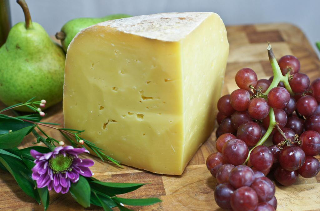 Чеддер обладает ореховым, слегка острым и кисловатым привкусом. Для выработки этого твёрдого английского сыра используют цельное пастеризованное или сырое коровье молоко. Зреет он от двух месяцев до пяти лет. (Artizone)