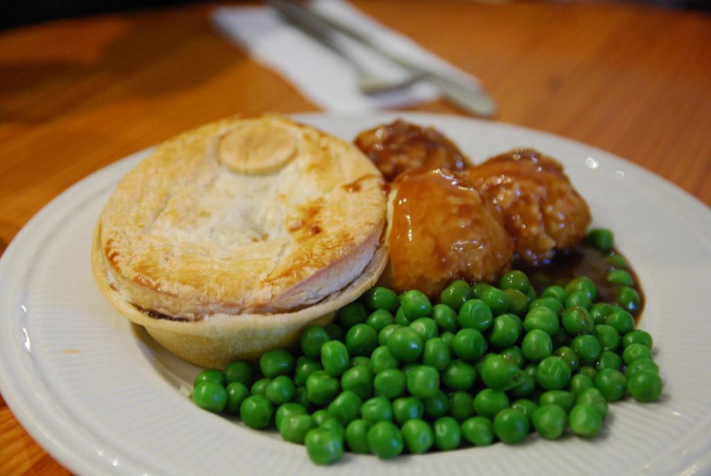 Австралийский мясной пирог с гарниром. (Alpha)