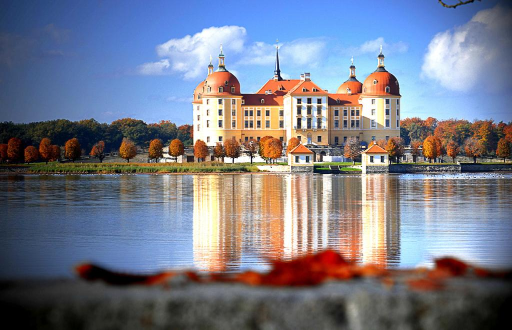10 место. Замок Морицбург. Расположен в городе Морицбург в земле Саксония. Время строительства — 1661-1671 годы. (superscheeli)
