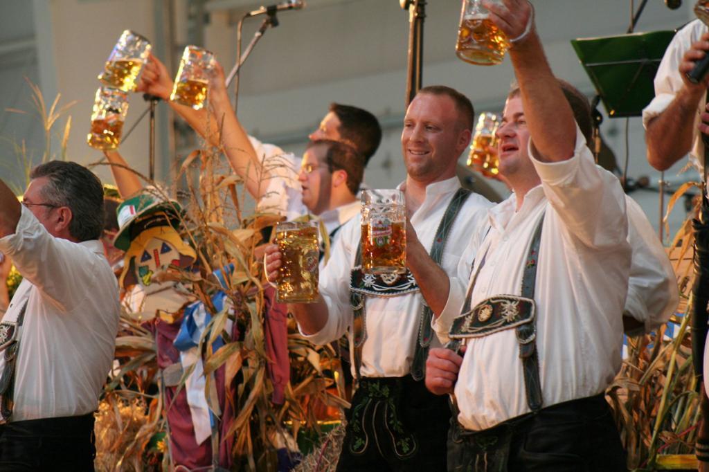 2 место. Октоберфест — баварский праздник пива, который проводится ежегодно во второй половине сентября и длится 16 дней. Впервые Октоберфест состоялся 1810 году в рамках празднования бракосочетания Людвига I и принцессы Терезы Саксонской-Хильдбургхаузской. На сегодняшний день фестиваль является одним из самых популярных в мире, привлекая около 6 млн посетителей каждый год. (46137)