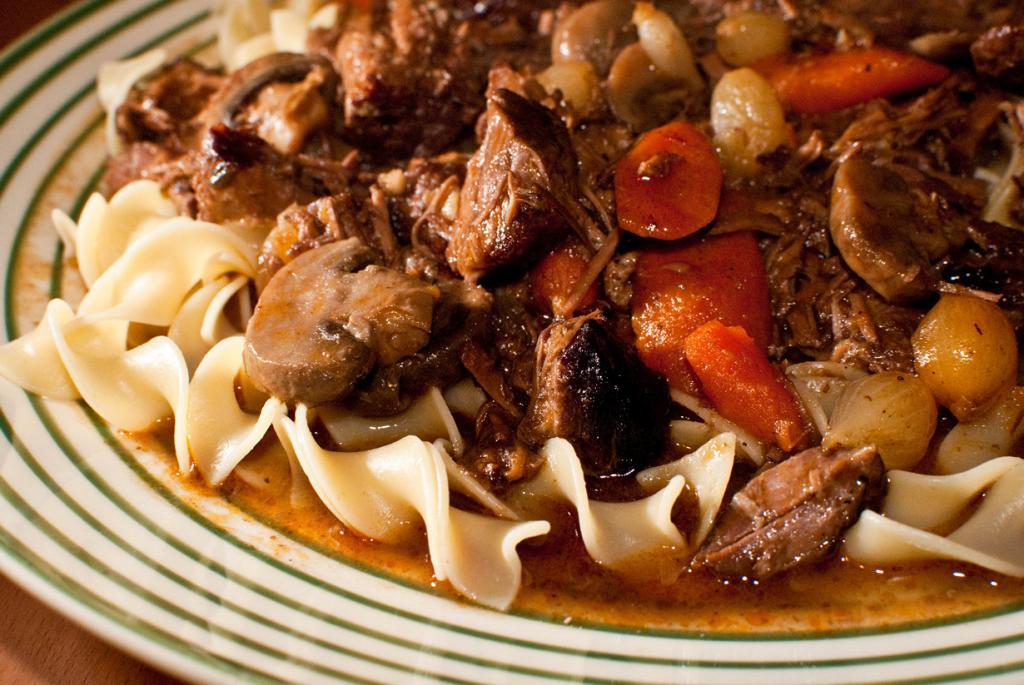 Бёф бургиньон — тушёная говядина в винном соусе с овощами. (Matthew Mendoza)