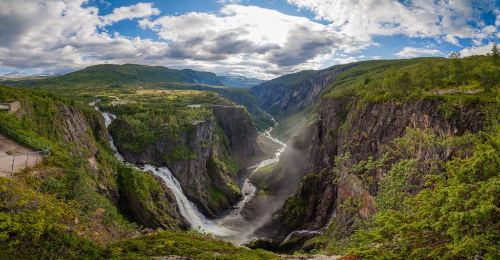 2 место. Вёрингсфоссен. Высота падения воды — 145 метров. Расположен в городе Эйдфьорд. У подножья водопада имеется туристическая тропа к фьорду Хардангер. (Dag Endre Opedal)