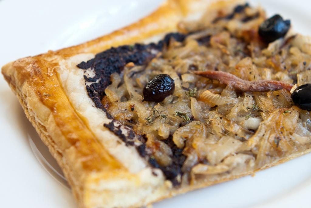 Писсаладьер — открытый луковый пирог, отдалённо напоминающий пиццу. Блюдо родом из Прованса. (Stijn Nieuwendijk)