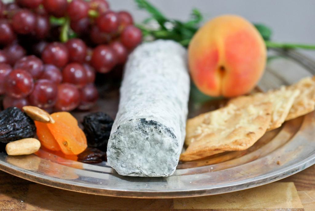 Сент-Мор-де-Турен — французский мягкий сыр, приготовленный из козьего молока. Имеет синевато-серую корочку пушистой плесени. Продукт принято подавать как аперитив или в конце обеда. Его также используют для приготовления тостов. (Artizone)