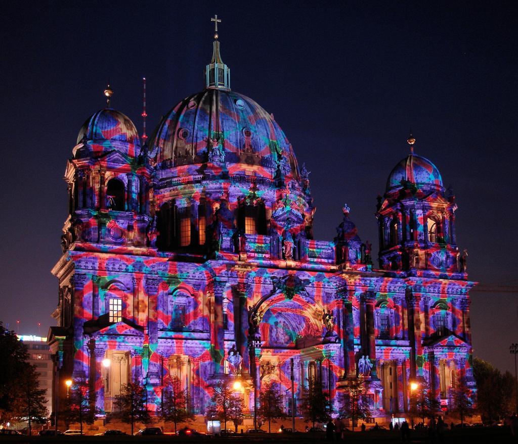 5 место. Фестиваль света в Берлине — современный фестиваль, который проводится ежегодно в октябре с 2005 года. В течение двух недель около 70 исторических и архитектурных памятников Берлина становятся световыми инсталляциями. (Gertrud K.)