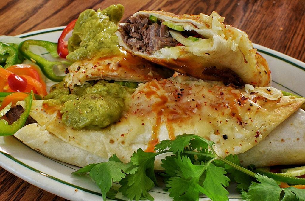 Буррито. Блюдо представляет собой мягкую тортилью, в которую заворачивается рис, фарш, овощи и соусы. (jeffreyw)