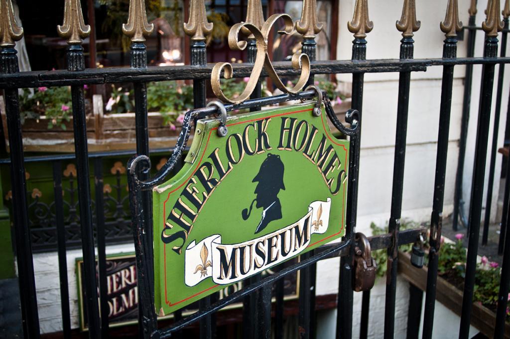 Четырёхэтажный музей расположен на Бейкер-стрит в районе Вестминстер. Именно здесь по рассказам сэра Артура Конан-Дойля жил известный лондонский сыщик. Работает музей ежедневно с 9:30 до 18:00. Стоимость входа — £8 для взрослых, £5 для детей. (Douglas Neiner)
