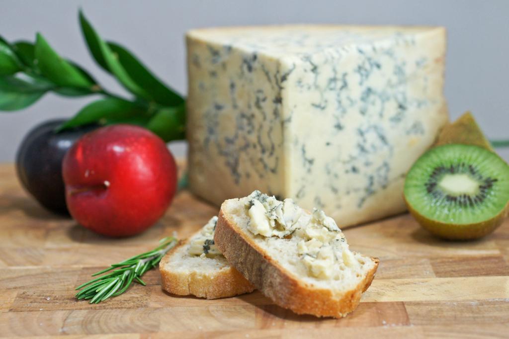 Стилтон — английский «голубой сыр». Родина продукта графства Дербишир, Лестершир и Ноттингемшир. Изготавливают из местного пастеризованного молока. По традиции сыр запивают портвейном. Его также принято подавать во время рождественской трапезы. (Artizone)