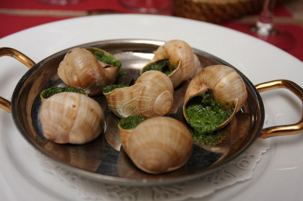 Эскарго — блюдо высокой кухни, которое представляет собой маринованных улиток. Подают с  зелёным маслом. (rc!)