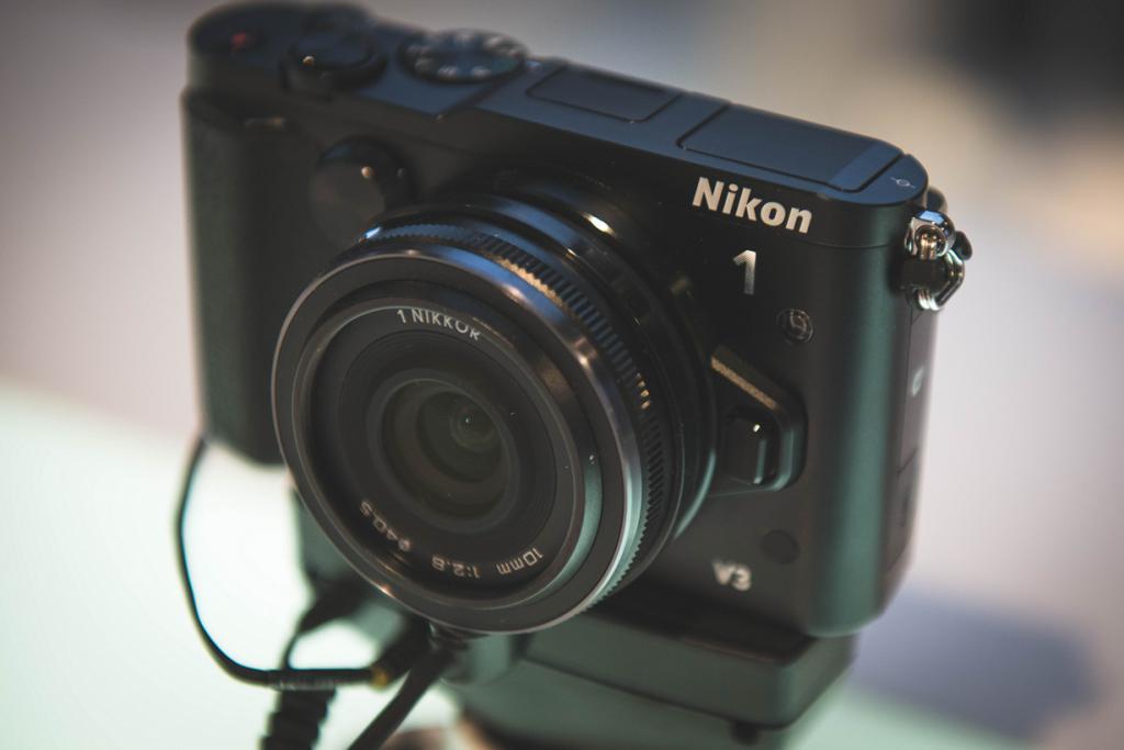 Германия. Кёльн. Цифровой фотоаппарат Nikon 1 V2 на выставке Photokina 2014. (Ben Fredericson)