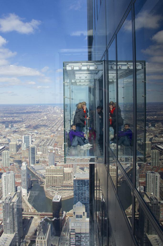 Расположена Уиллис-тауэре в на высоте 412 м в Чикаго, США. (Jamie McCaffrey)