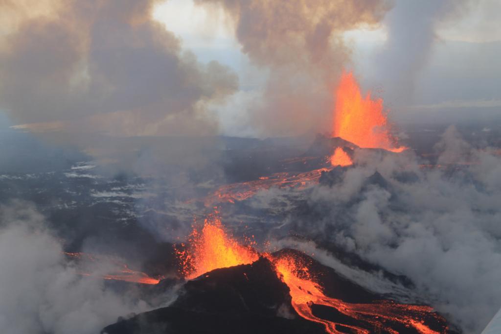Впечатляющее извержение стратовулкана Баурдарбунги (5 фото)