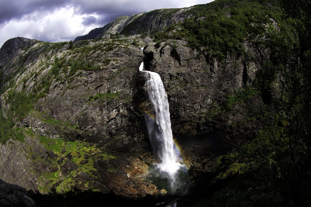 6 место. Монафоссен. Высота —  92 метра. Расположен в нижней части фьорда Фрафьорд. (Aaron Ciuffo)
