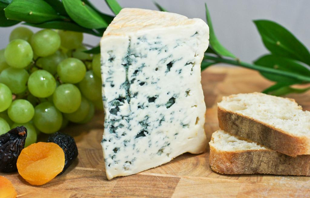 Блё д'Овернь — голубой французский сыр. Продукт имеет маслянистую структуру и относительно мягок на вкус для «голубых сыров». (Artizone)