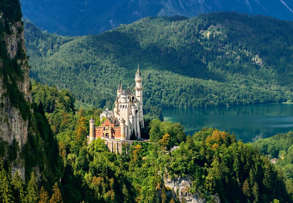 1 место. Замок Нойшванштайн. Расположен в Баварии близ города Фюссен. Время строительства — 1869-1886 годы. (Nick Moulds)