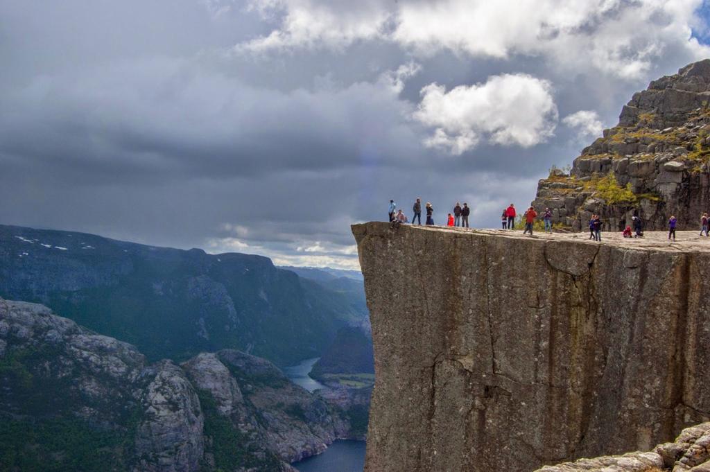 Смотровая площадка расположена на территории Люсе-фьорда в Норвегии на высоте 604 м. (Szczepan Janus)