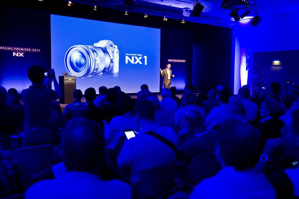 Германия. Кёльн. Во время презентации модели NX1 от Samsung на выставке Photokina 2014. (SamsungTomorrow)