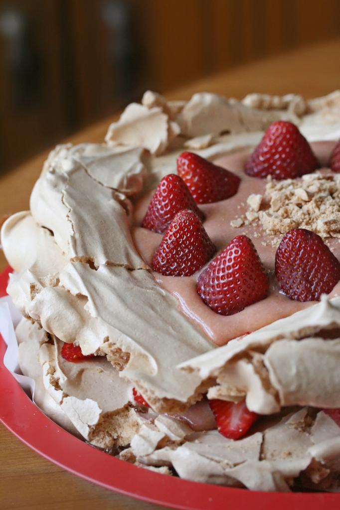 Павлова — традиционный австралийский десерт. Представляет собой торт из меренги и фруктов. Блюдо получило своё название в честь одной из самых известных балерин XX века россиянки Анны Павловой. (Isabelle Boucher)