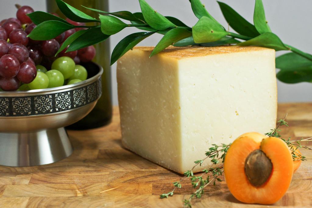 Идиасабаль — испанский твёрдый сыр, приготовленный из овечьего молока. Продукт родом из страны Басков и Наварры. Изготавливается из сырого и пастеризованного молока овец пород лача и каррансана. Вкус — лёгкий пикантный. (Artizone)