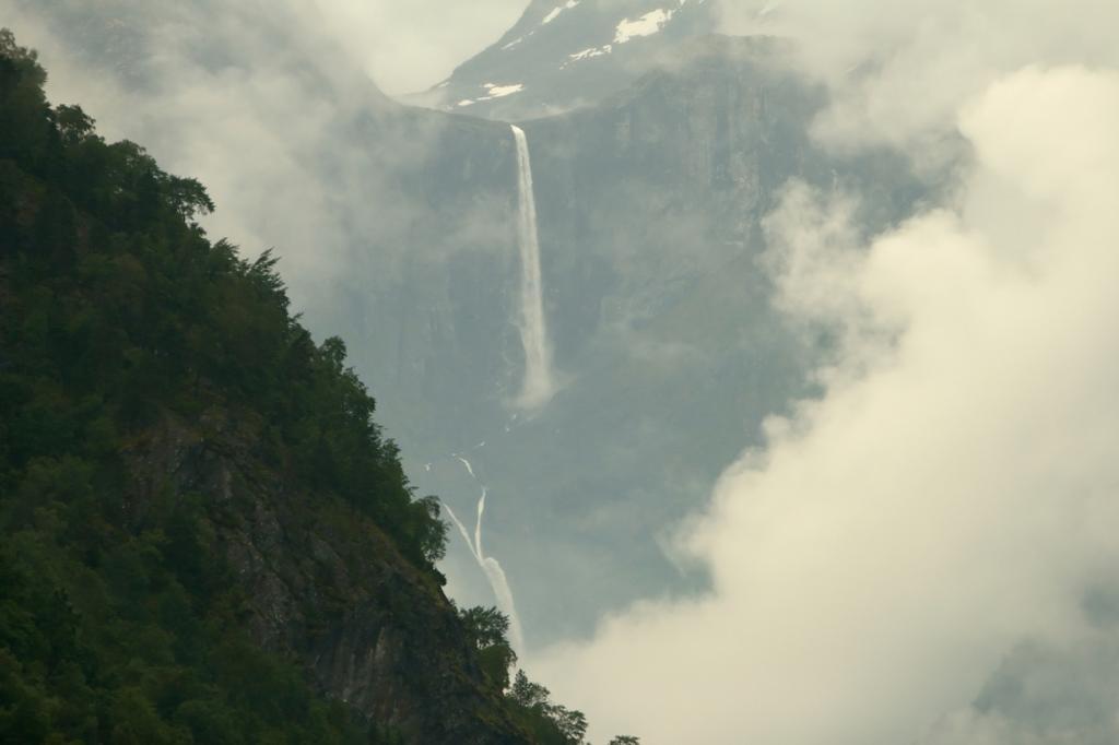 3 место. Мардалсфоссен. Высота от 657 до 705 метров в зависимости от сезона; наибольшая высота свободного падения воды — 358 метров. Расположен в районе муниципалитета Нессет. (Alexander Svendsen)