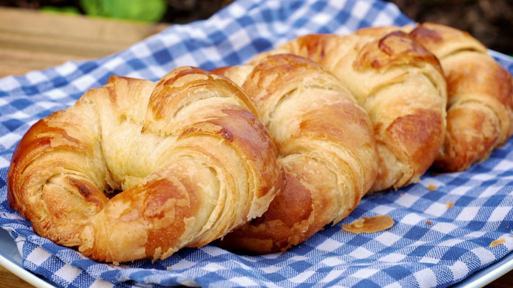 Круассаны — неотъемлемое утреннее лакомство каждого француза. Его подают с кофе, чаем или какао. В переводе с фр. сroissant означает «полумесяц». (Claire Sutton)