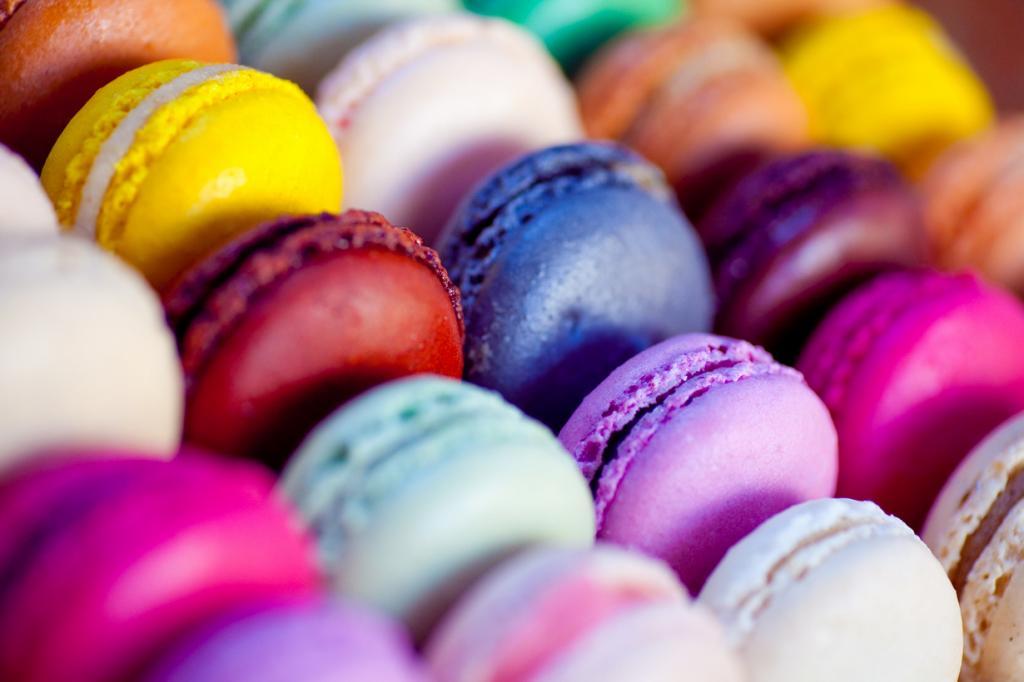 Макарон — сладость из яичных белком, сахарной пудры и миндальной муки. Подаётся в виде двух половинок, скреплённых кремом. (julien haler)