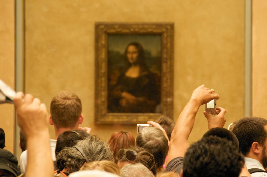 2 место. «Мона Лиза», или «Джоконда» — всемирно известное творение Леонардо да Винчи. На сегодняшний день картина находится в парижском Лувре. Первое что разочаровывает туристов — это её размеры (76,8×53 см). Подойти к картине вплотную запрещено, зрителей от шедевра под пуленепробиваемым стеклом отделяет дополнительное ограждение и пара тройка охранников. Не радует и количество желающих оценить «Джоконду». В зале, где находится полотно, всегда людно, и придётся потолкаться, прежде чем увидеть знаменитую улыбку. (Thomas Ricker)
