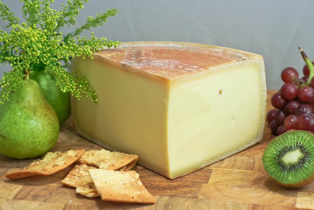 Аппенцеллер — швейцарский твёрдый сыр в форме круга. Пропитывается белым вином или сидром и обрабатывается травами во время созревания. (Artizone)
