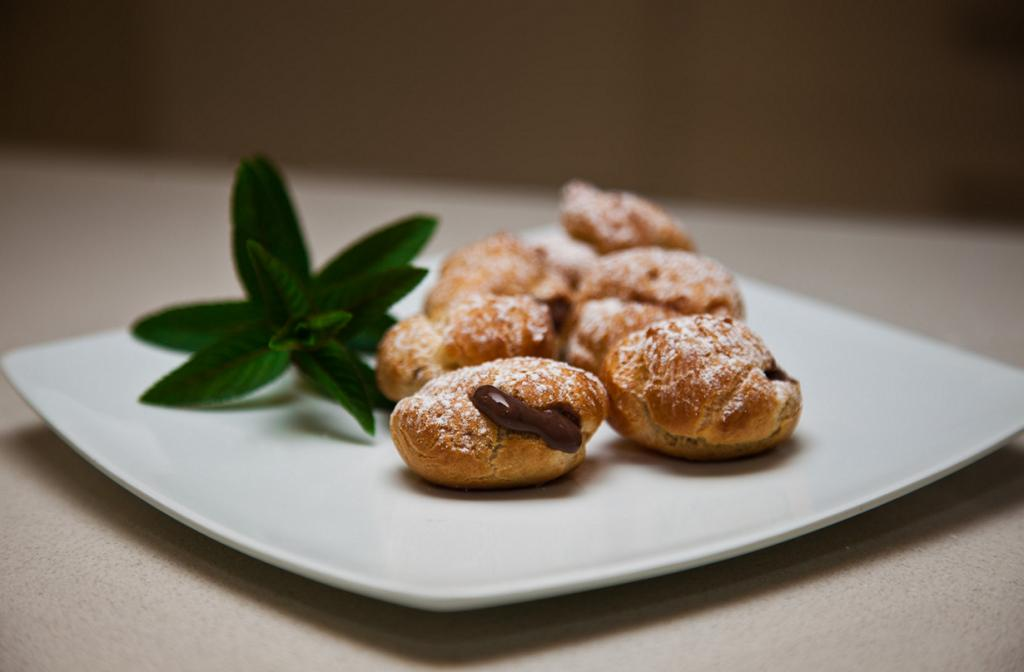 Профитроли — пирожные из заварного теста, наполненные кремом. (KMJPhotography Australia)