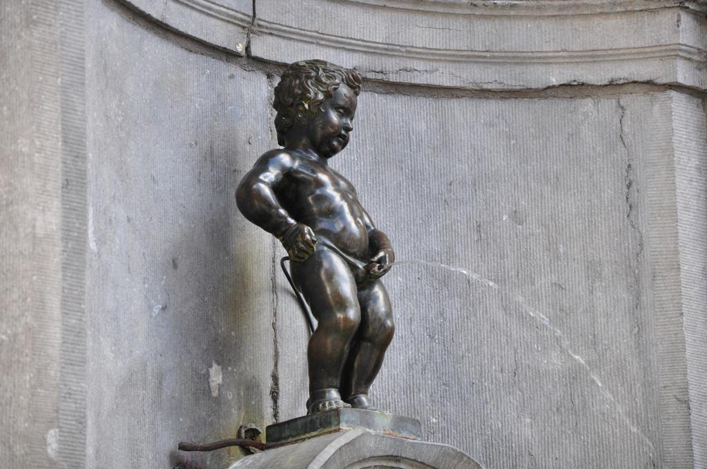 4 место. Писающий мальчик — символ Брюсселя и всей Бельгии. Изображения бронзовой статуи можно встретить повсеместно — на пивных бокалах и подстаканниках, конфетах, открытках и картинах, в виде всевозможных сувениров — от банальных статуэток до пивных открывалкок. Но разочаровывает Писающий мальчик своими габаритами — всего 61 см в высоту. (Francisco Antunes)