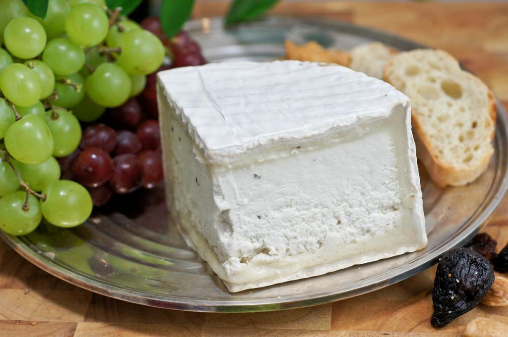 Делис-де-Бургонь, или «бургундский деликатес» — французский мягкий сыр с белой корочкой. Изготавливают из молока, обогащённого сливками. Должен быть покрыт зрелой пенициллиновой плесенью. Вкус — сливочный, нежный, хорошо сочетается с шампанским. (Artizone)