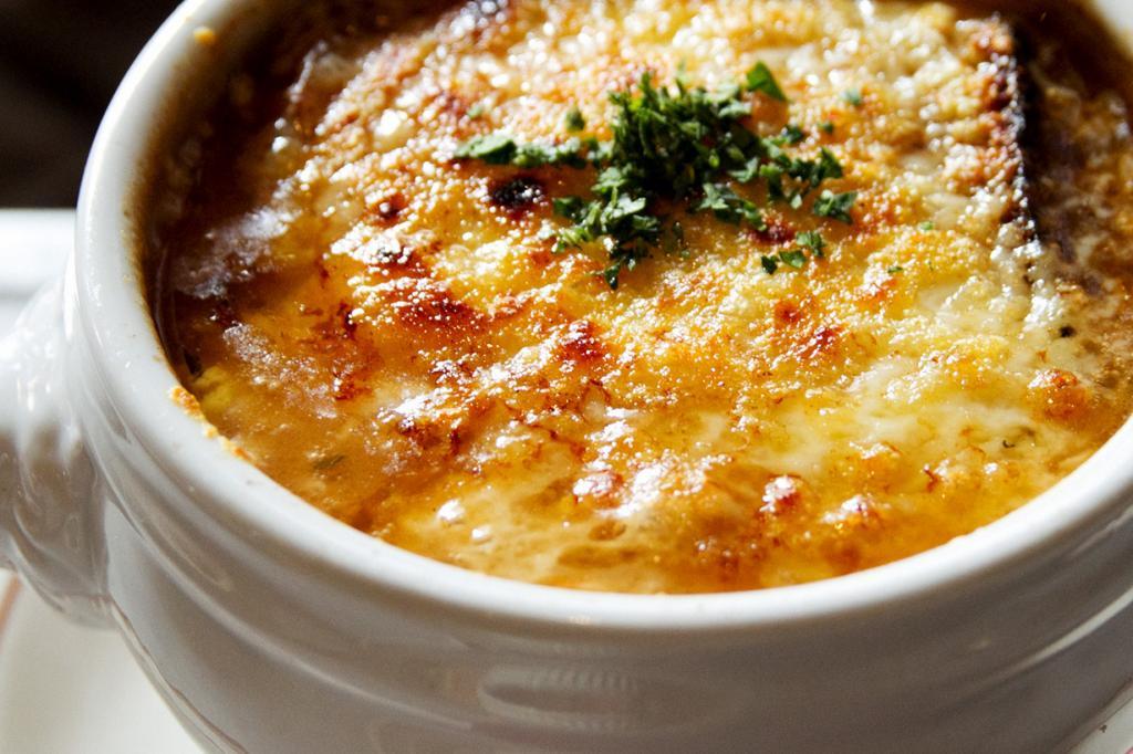 Французский луковый суп — изначально блюдо бедняков. Готовится на основе бульона и лука с добавлением сыра и гренок. (Robyn Lee)