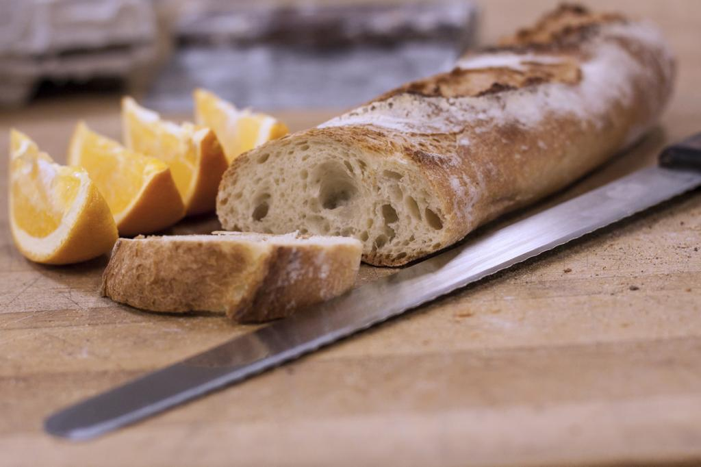 Багет — символ французской кухни. Это хлебобулочное изделие имеет хрустящую корочку и воздушный мякиш. Форма — длинная (около 65 см) и тонкая (около 5-6 см). По традиции багет не режут, а ломают на ломти. (George Pankewytch)