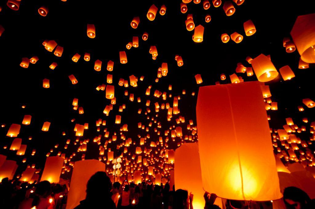 3 место. Лойкратхонг — таиландский праздник, который отмечается во время ноябрьского полнолуния. В этот день верующие очищаются от грехов, обид и плохих мыслей путём пускания кратхонги из листьев бананового дерева в воду и небесных фонариков в небо. (Mark Fischer)