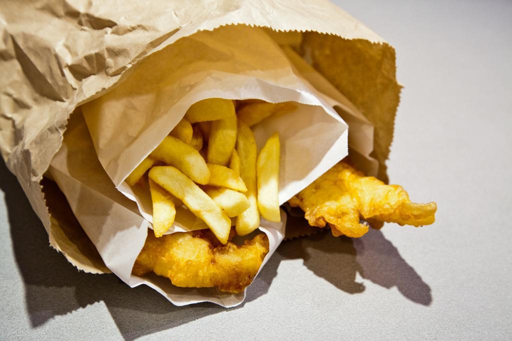 Рыба и чипсы. Блюдо пришло в Австралию из Великобритании. Оно представляет собой обжаренные во фритюре кусочки рыбы и картофель-фри. (russellstreet)