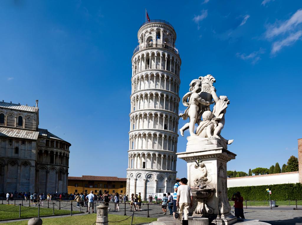 8 место. Пизанская башня — ошибка Бонанно Пизано и всемирно известная достопримечательность Италии. Вокруг объекта всегда толпы туристов. Ко всему прочему башню окружают современные конструкции, которые не позволяют ей окончательно упасть. (nils.rohwer)