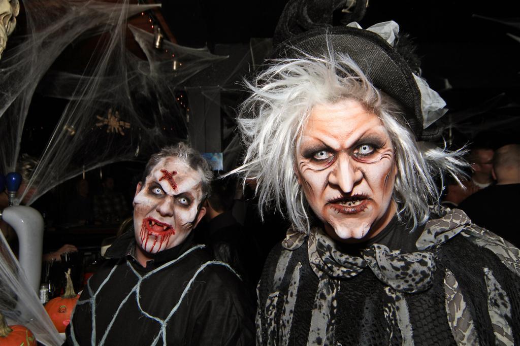 1 место. Хэллоуин — древний кельтский праздник, отмечаемый ежегодно 31 октября в канун Дня всех святых. На сегодняшний день традиция празднования Хэллоуина распространилась по всему миру и носит в основном развлекательных характер, нежели религиозный. (Eyesplash - let's feel the heat)