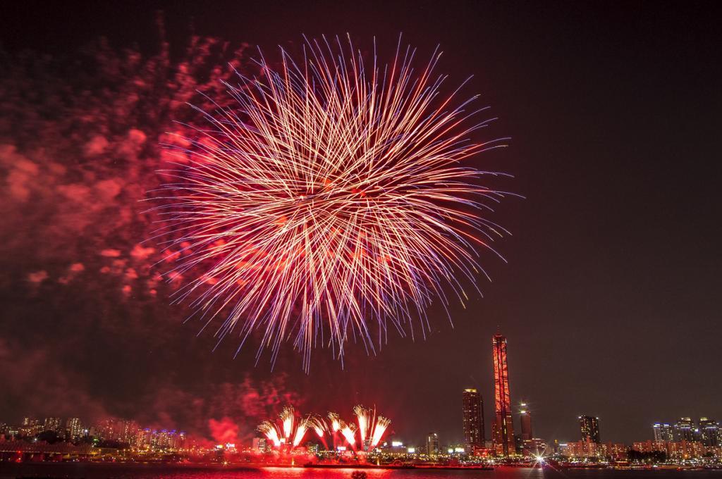 6 место. Международный Фестиваль Фейерверков в Сеуле. В текущем году проведения действия запланировано на 9 октября. После захода солнца команды пиротехников из разных стран демонстрируют своё мастерство. Фестиваль проводится с 2000 года. (Gihoon Jung)