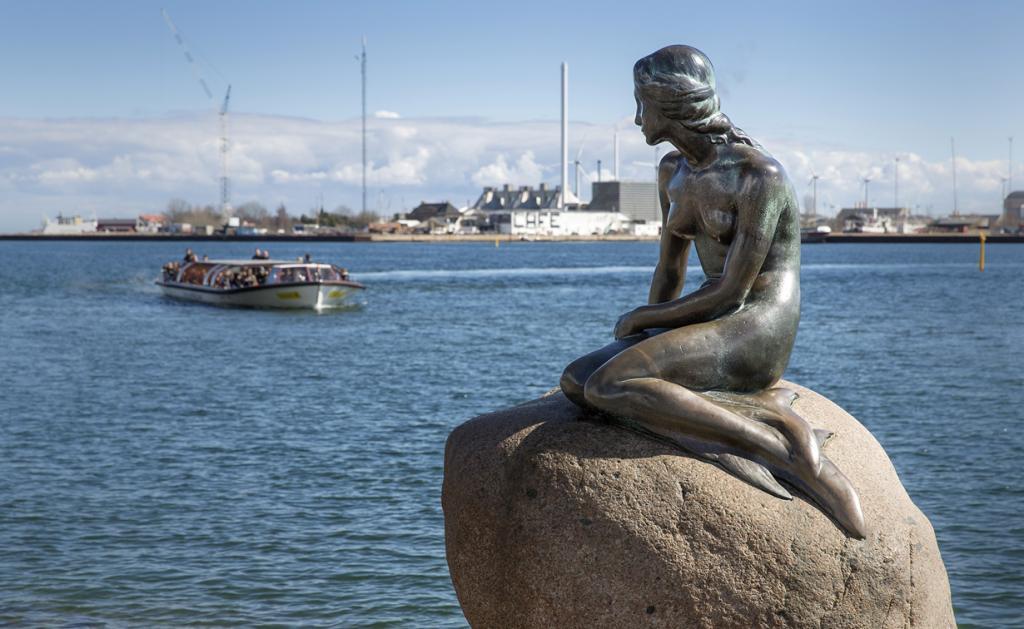 5 место. Русалочка — статуя в порту Копенгагена. Достопримечательность была создана по заказу Карла Якобсена, который был очарован постановкой по мотивам сказки  Ганса Христиана Андерсена. Стоит отметить, что прежде чем добраться к объекту, придётся преодолеть немалую дистанцию. Разочаровывает уставших туристов размеры статуи и индустриальный вид вокруг неё. (News Oresund)