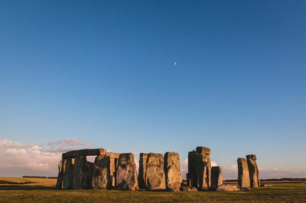 1 место. Стоунхендж — одна из самых знаменитых достопримечательностей Великобритании. С постройкой связано множество легенд и теорий её появления. Но если абстрагироваться от мистики, Стоунхендж представляет сооружение из огромных камней посреди холма, которые поистине могут заинтересовать только учёных. (Sharon Drummond)