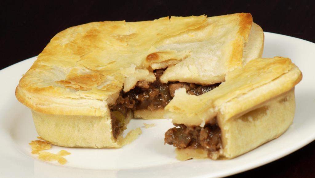 Австралийский мясной пирог — визитная карточка австралийской кухни. Блюдо представляет собой пирог размером не больше ладони с начинкой в виде рубленого мяса или фарша. (Pengo)