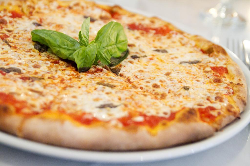 Пицца — богиня итальянской кухни, получившая признание во всем мире. В классическом варианте блюдо представляет собой круглую тонкую лепёшку, запечённую с томатами и сыром. На сегодняшний день существует сотни разновидностей пиццы, отличающихся толщиной теста и начинками. (Robyn Lee)