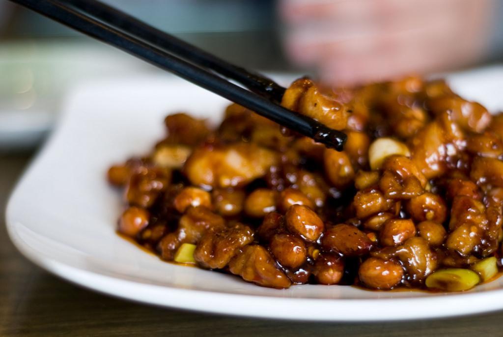 Курица «гунбао». (Jen Leung)