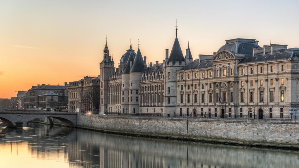 Расположен в Париже. (DXR)