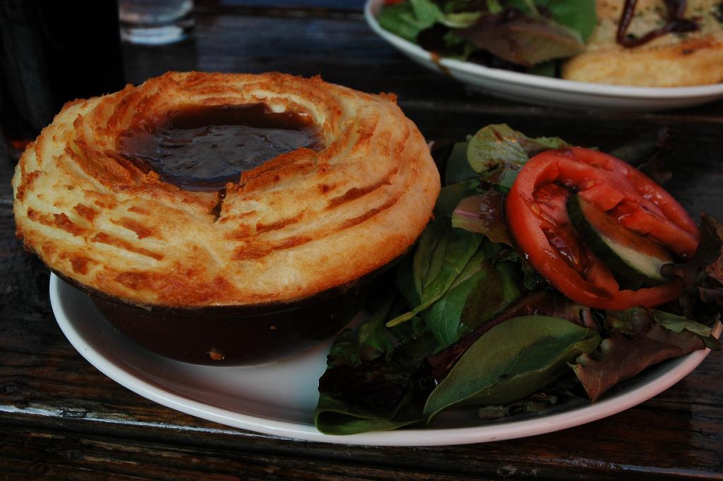 Пастуший пирог — запеканка картофельного пюре и мясного фарша. (Lennon Day-Reynolds)
